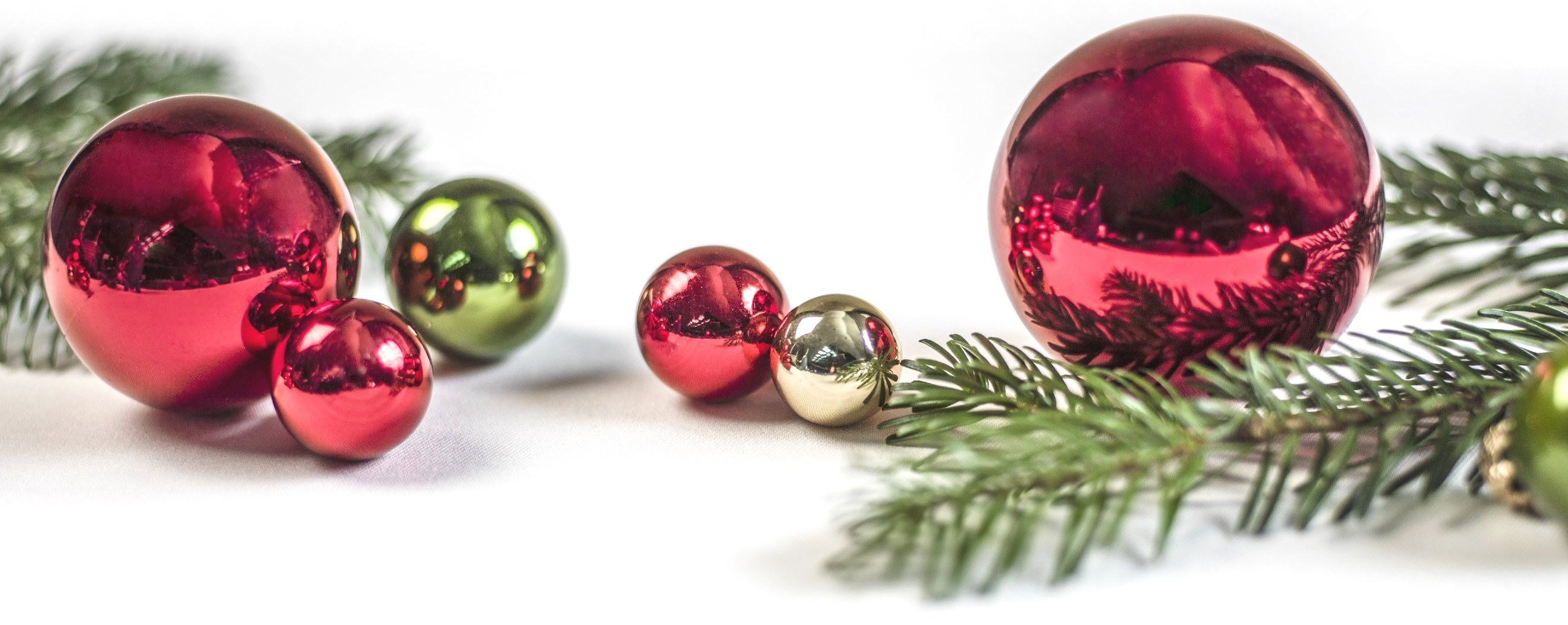 DUSSE_P443_Christmas_Tree_Balls_with_Greens_86485_med_1_